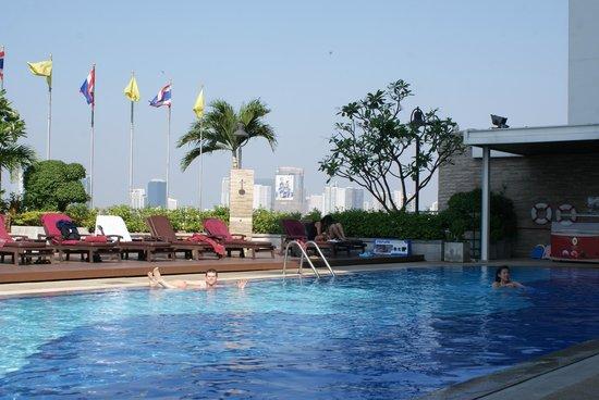 Eastin Hotel Makkasan: Бассейн на 10 этаже