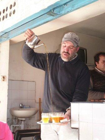 Chez hosni : l'art de servir le thé