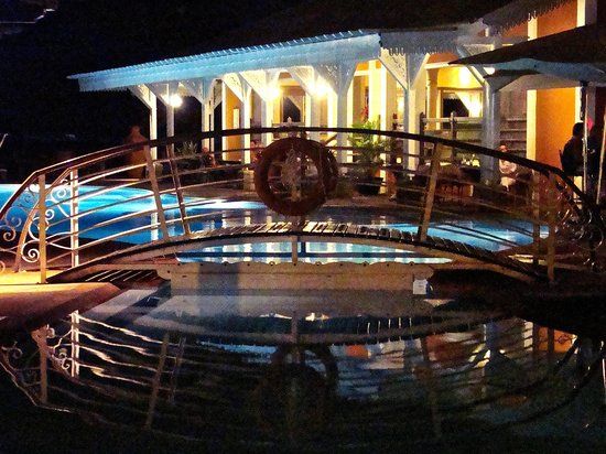 Preskil Beach Resort: Piscine, la nuit