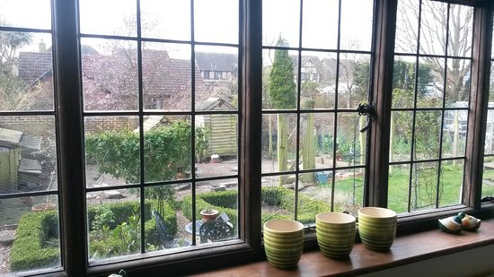 Strawberry Cottage Bed and Breakfast: View of the lovely garden from dining room
