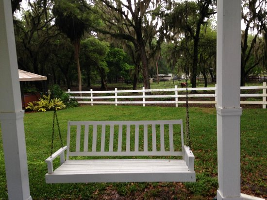 Palmer House Bed and Breakfast: swing on the outside covered walkway
