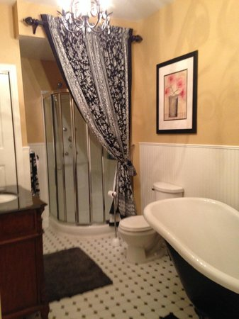 Palmer House Bed and Breakfast: bathroom with jet shower