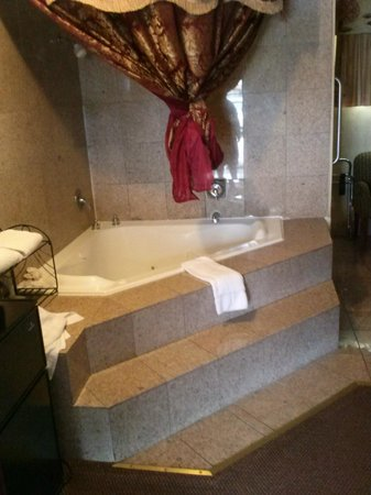 Days Inn Monterey-Fisherman's Wharf Aquarium: Hot tub and shower in room