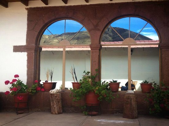 GringoWasi Bed and Breakfast: Picturesque window with reflection of the mountains