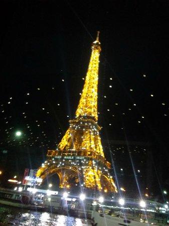 Bateaux Mouches: A torre vista do Sena.