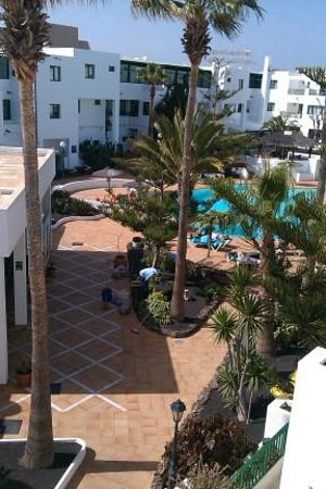 Apartamentos Galeón Playa: Hotel grounds and pool view from balcony