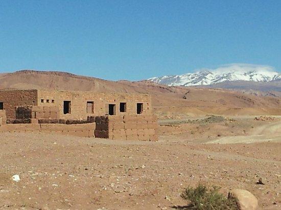 Hotel La Gazelle: Sur la route du Ksar : reg et l'Atlas dans le fond
