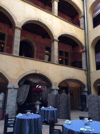 Cour des Loges : Des ocres superbes sur les façades