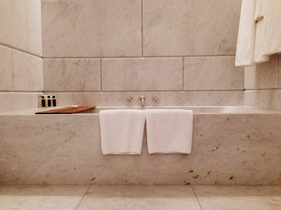 Cafe Royal Hotel: Marble bathroom