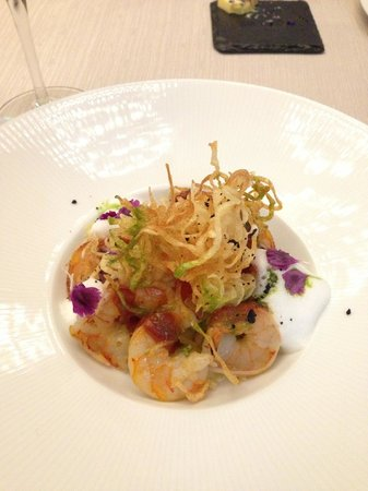Enzo Cafe & Restaurant: Shrimps with potato chips and real flower petals