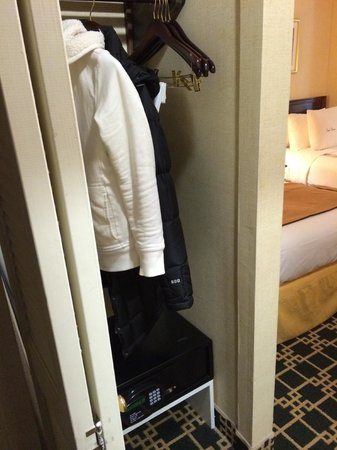 DoubleTree by Hilton Hotel Fort Lee - George Washington Bridge: Closet
