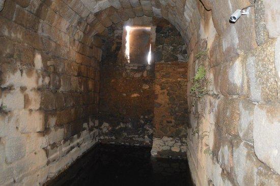 Alcazaba: Detalle de la luz, que entra al Aljibe, desde el exterior.