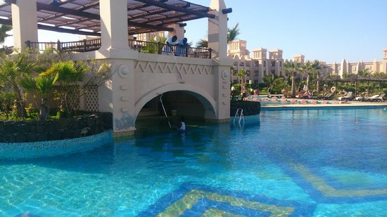 Hotel Riu Touareg : Workers painting building in pool