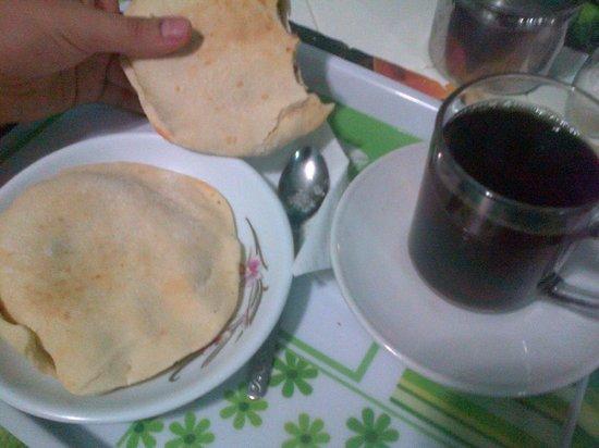 Bella Luna: egyptian breakfast , eggs,tea, ful and tamiya