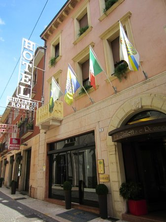 Giulietta e Romeo Hotel: Stree view of entrance