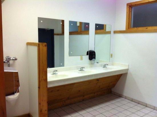 Foothills RV Park & Cabins: Mens shower house / restroom. Super clean!