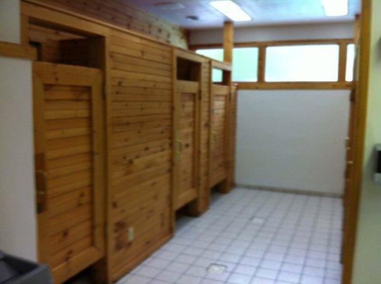 Foothills RV Park & Cabins: Mens shower house.
