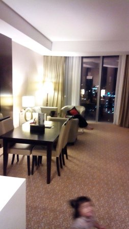 Hotel Grand Paragon: Spacious living room/kitchenette