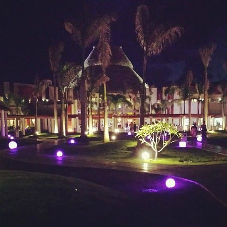 Breathless Punta Cana Resort & Spa : pathway with changing lights