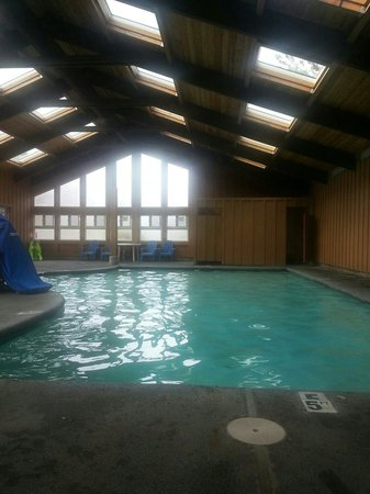 RV Resort at Cannon Beach: The very warm heated pool.