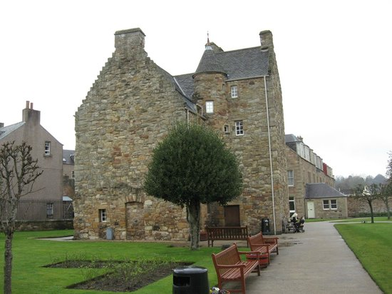Mary Queen of Scots House: house from the garden