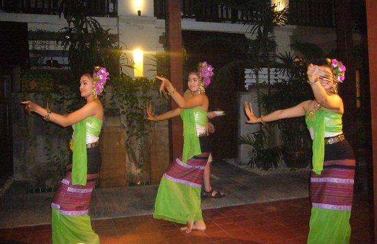 Burasari Resort: Dansere som underholdt på Buffe-aften.