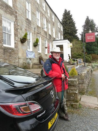 Alston House: Front of Hotel, ready for our walk