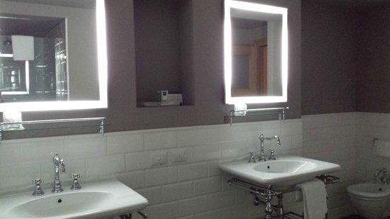 UNA Palazzo Mannaioni : Lavabos avec miroirs