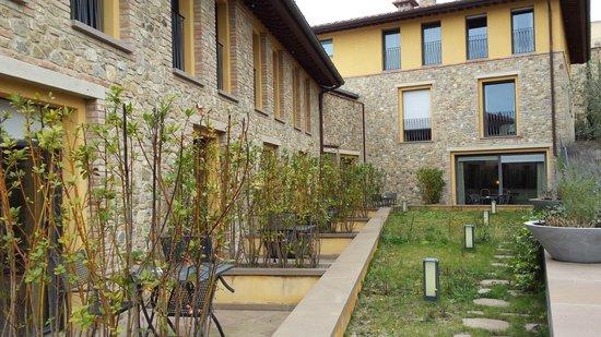 UNA Palazzo Mannaioni: Vue sur les jardins privatifs des chambres en RDJ