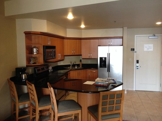 Platinum Hotel and Spa: Huge kitchen area with full size fridge!
