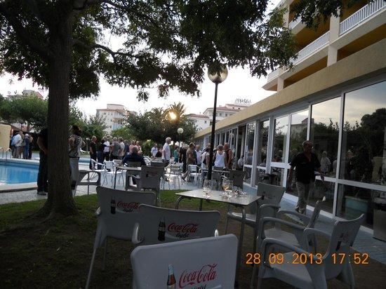 Prestige Goya Park : terras aan het zwembad en achterliggend bar