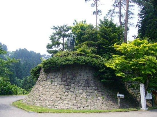 Kasugayama Shrine: 手前にある謙信公の像