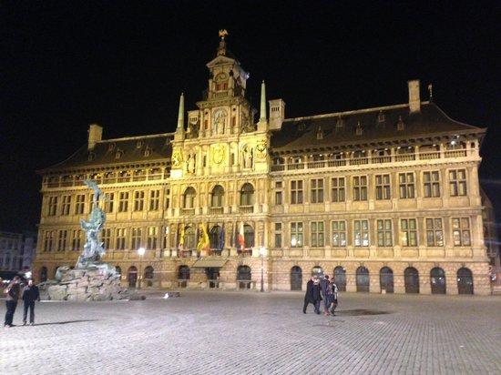 Grote Markt van Antwerpen: City Hall at night.
