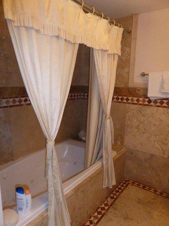 Coconut Cove Resort and Marina: Bathroom