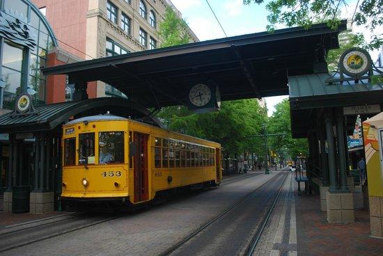Main Street Trolley: trolley alla fermata