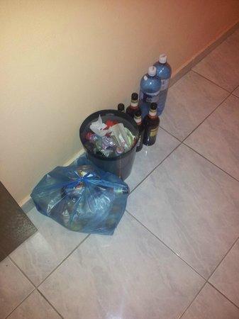 Marietta Hotel Apartments: Abfall? Vor der Anlage steht ein Container, bitte da rein...