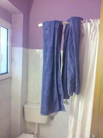 Marietta Hotel Apartments: Wechsel von Duschtüchern... kann man ja auf dem Balkon trocknen..