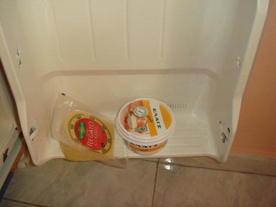 Marietta Hotel Apartments: Kühlschränkchen 2, ist so klein, da kann nix umfallen..