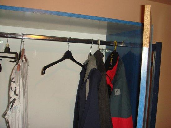 Marietta Hotel Apartments: Der hält noch 10 Jahre, ist ja mit Silikon und Farbe an die Wand geklebt...