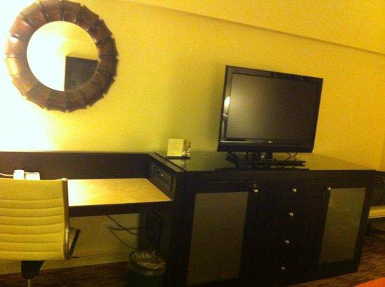 Real InterContinental San Salvador at Metrocentro Mall: Las habitaciones cuentan con un pequeño escritorio