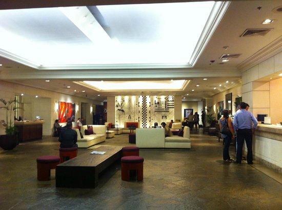 Real InterContinental San Salvador at Metrocentro Mall: La recepción es amplia y recién remodelada