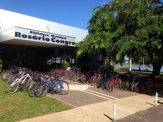 A Biblioteca Rosário Congro está localizada na orla da Lagoa Maior
