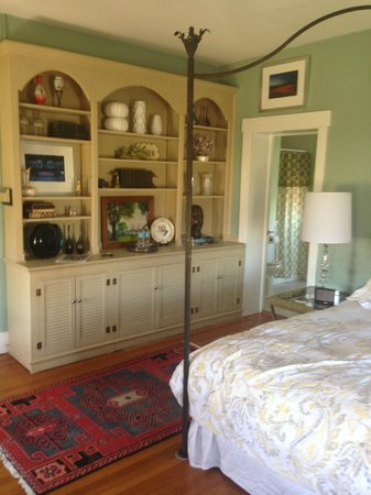 Orchard House Bed and Breakfast: barbizon room; lovely antiques