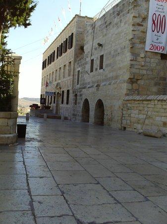 Custodia Di Terra Santa Casa Nova: Entrada al hotel y a pasos del pesebre ,donde nació Jesús....