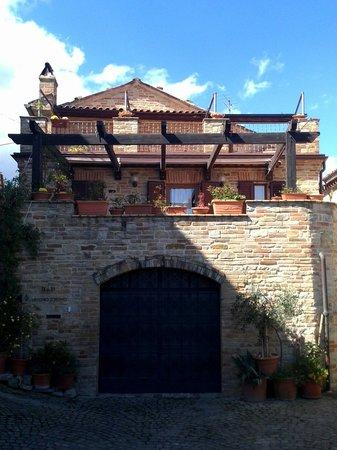 Il Vecchio Torchio B&B: L'ingresso al garage privato e la stupenda terrazza con il pergolato da cui si gode di una vista