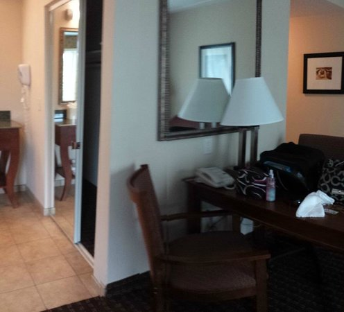 Hampton Inn & Suites Palm Coast: FULL CLOSET AND DESK