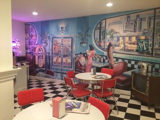 The Palms Retro: Great kitchen space for a retro breakfast. Cold, but nice selections!