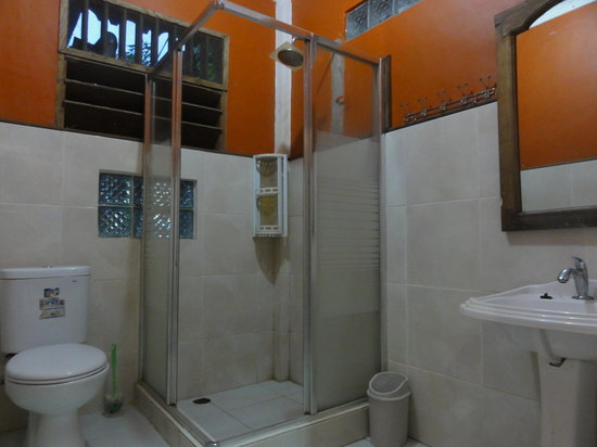 MBoy Guest House & Coffee Shop: bathroom