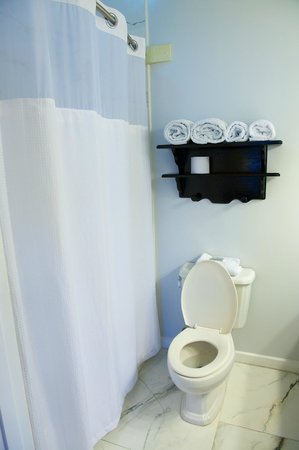 The Great House: Deluxe Bathroom