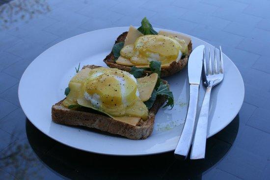 Kurhula Wildlife Lodge: Eggs benedict for breakfast